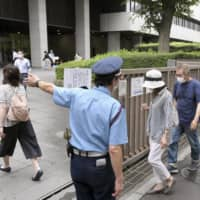 People line up to get a seat at the Tokyo District Court for  singer-songwriter Noriyuki Makihara's first trial hearing Tuesday. | KYODO