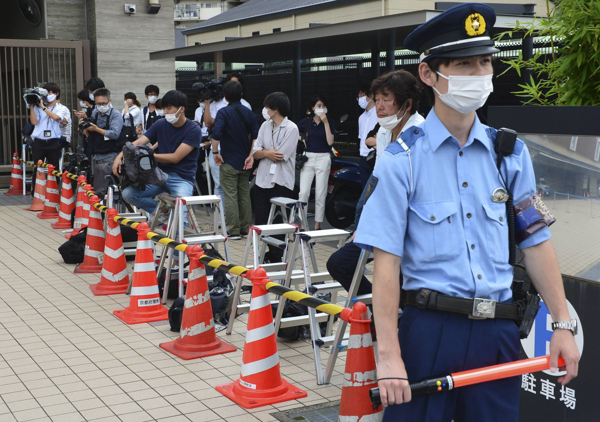 Members of media gather at the Nakagyo Police Station in Kyoto Prefecture on Thursday. | KYODO