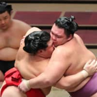 Hakuho remains undefeated as leading group shrinks to three