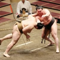 Hakuho and Asanoyama remain flawless in two-way tie at July meet