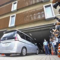 A car carrying Naoki Yamamoto, a doctor in Tokyo, enters Nakagyo Police Station in Kyoto on Thursday. | KYODO