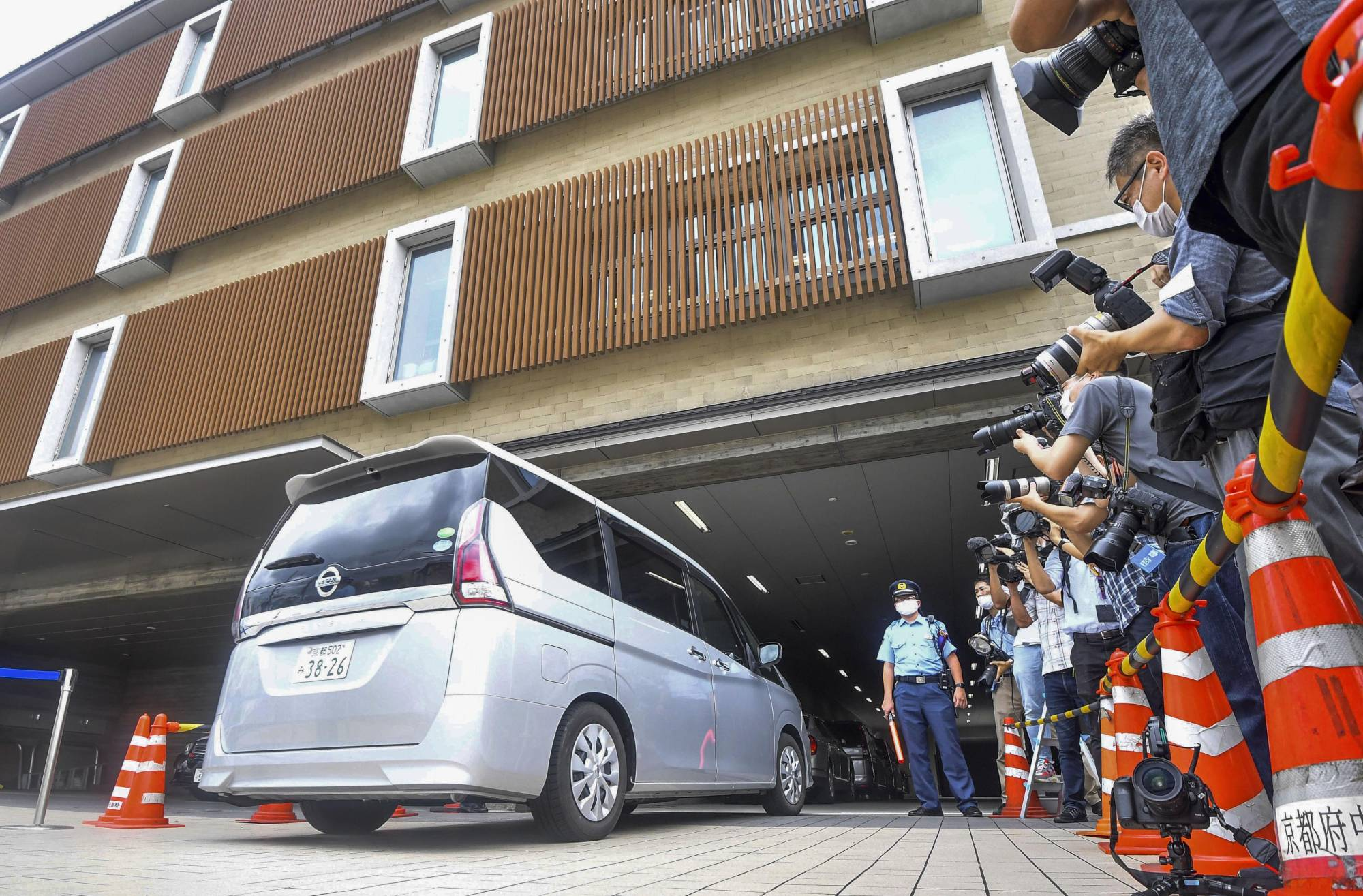 A car carrying Naoki Yamamoto, a doctor in Tokyo, enters Nakagyo Police Station in Kyoto on Thursday.   KYODO
