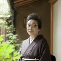 Mamezara master: Born as the daughter of a fine-arts dealer in Kyoto, Hiroko Kidoh began cultivating her sense of beauty at an early age. Thanks both to her impeccable taste and to her convention-breaking system of allowing buyers to purchase single pieces, her antique shop, Tessaido, has won many fans among Japanese and international collectors alike. |
