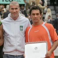Argentine Mariano Puerta (right) and Spanish Rafael Nadal (left) hold their trophies next to French football player Zinedine Zidane after their French Open men's singles final on June 5, 2005, in Paris. | AFP-JIJI