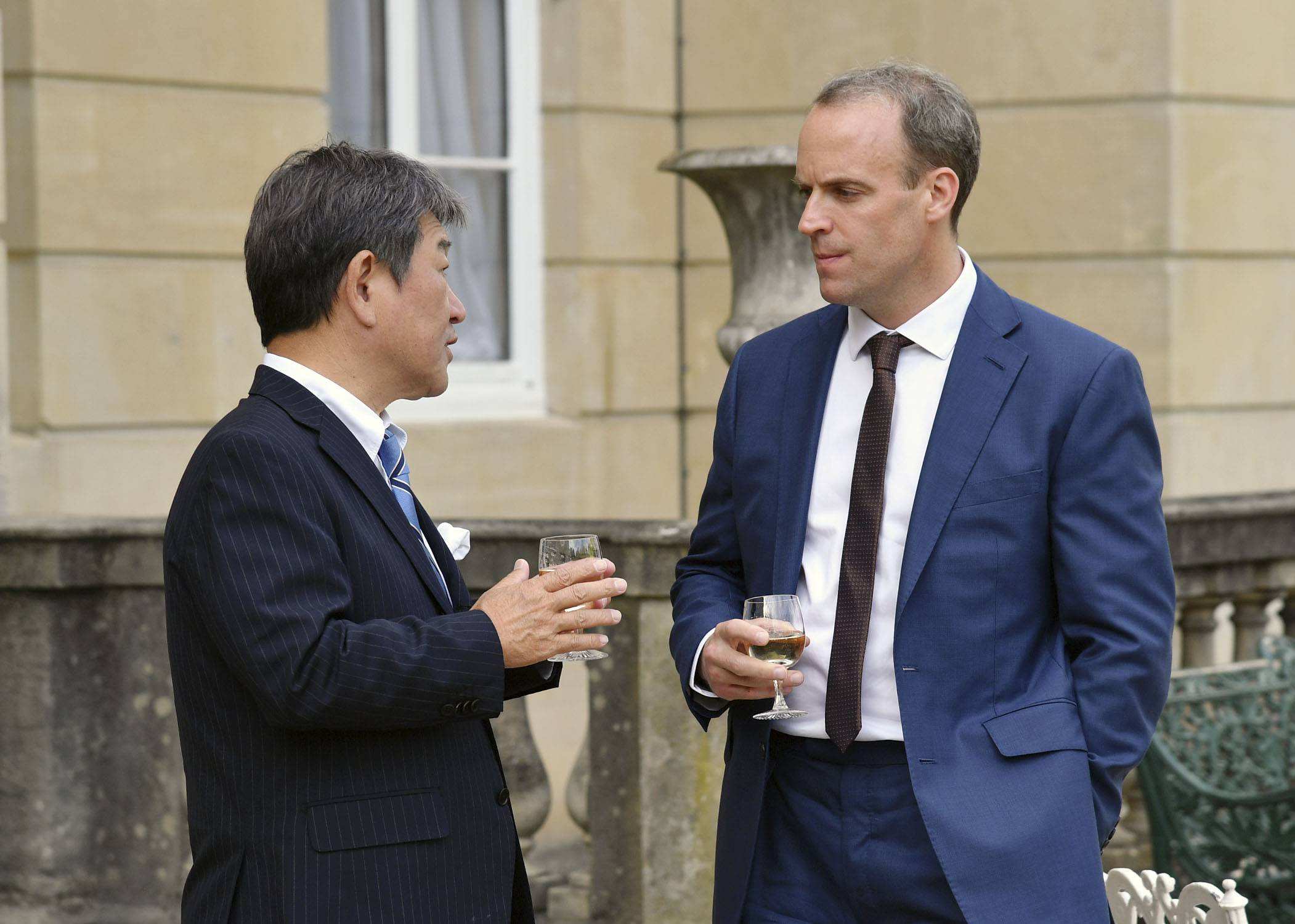 Foreign Minister Toshimitsu Motegi and British Foreign Secretary Dominic Raab meet in London on Wednesday. | FOREIGN MINISTRY / VIA KYODO