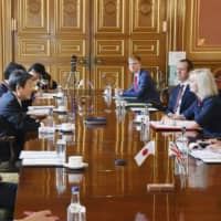 Foreign Minister Toshimitsu Motegi (second from left) and U.K. trade minister Liz Truss (second from right) meet in a bilateral negotiation on trade on Thursday in London. | COURTESY OF THE JAPANESE FOREIGN MINISTRY / VIA KYODO