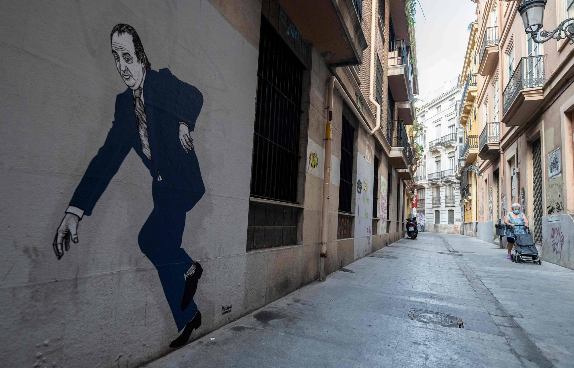 A mural of former Spanish King Juan Carlos by graffiti artist El Primo de Bansky covers the side of a building in Valencia, Spain. The 82-year-old announced on Aug. 3 that he was leaving Spain to prevent his personal affairs from undermining his son King Felipe VI's reign. | AFP-JIJI