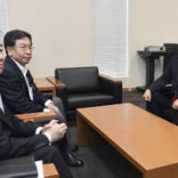 Yukio Edano (center), head of the Constitutional Democratic Party of Japan, and CDP Secretary-General Tetsuro Fukuyama (left) meet with Ichiro Ozawa (right), a Lower House member of the Democratic Party for the People, in the Diet building Thursday. | KYODO