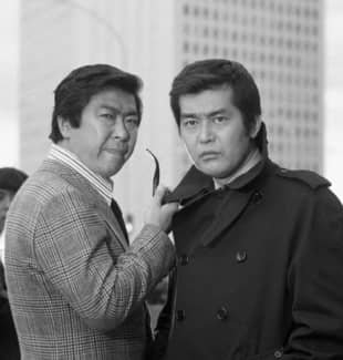 Tetsuya Watari (right) is shown during shooting for the TV drama 'Dai Tokai' ('The Big City') in Tokyo in November 1975. | KYODO