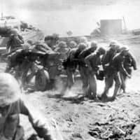 U.S. troops land on Iwo Jima in March 1945. | NEW YORK DAILY NEWS / VIA KYODO