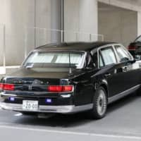 A car carrying Prime Minister Shinzo Abe arrives at Keio University Hospital in the Shinanomachi district of Tokyo on Monday morning.   KYODO