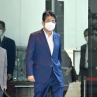 Shinzo Abe enters his office in Tokyo on Wednesday after returning from a three-day break during which he underwent a medical checkup amid speculation over his health. | KYODO