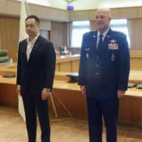 Senior Vice Foreign Minister Keisuke Suzuki (left) and U.S. Chief of Space Operations Gen. John Raymond pose for a photo prior to their meeting in Tokyo on Thursday. | KYODO