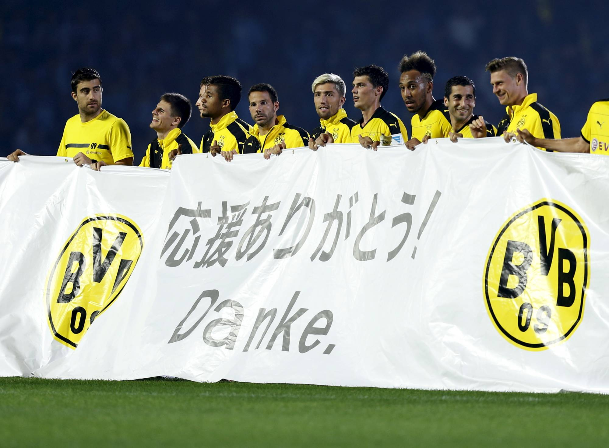 Dortmund's players hold a banner reading 'thank you' after their friendly against Frontale on July 7, 2015, in Kawasaki. | REUTERS