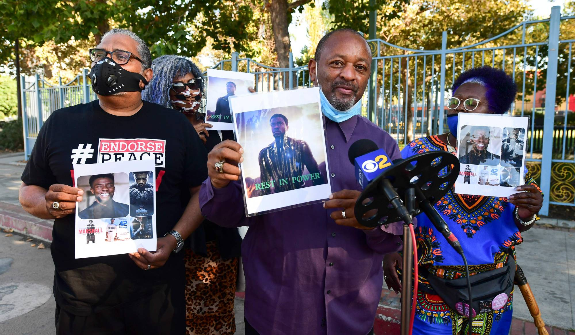 Fans hold a vigil for the late actor and producer Chadwick Boseman on Saturday in Los Angeles.   AFP-JIJI