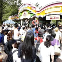 Visitors line up in front of Toshimaen amusement park in Tokyo on Monday, the last day of the park that opened 94 years ago. | KYODO