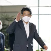 Prime Minster Shinzo Abe will likely map out a new security policy by mid-September before his successor is selected, according to sources. | KYODO