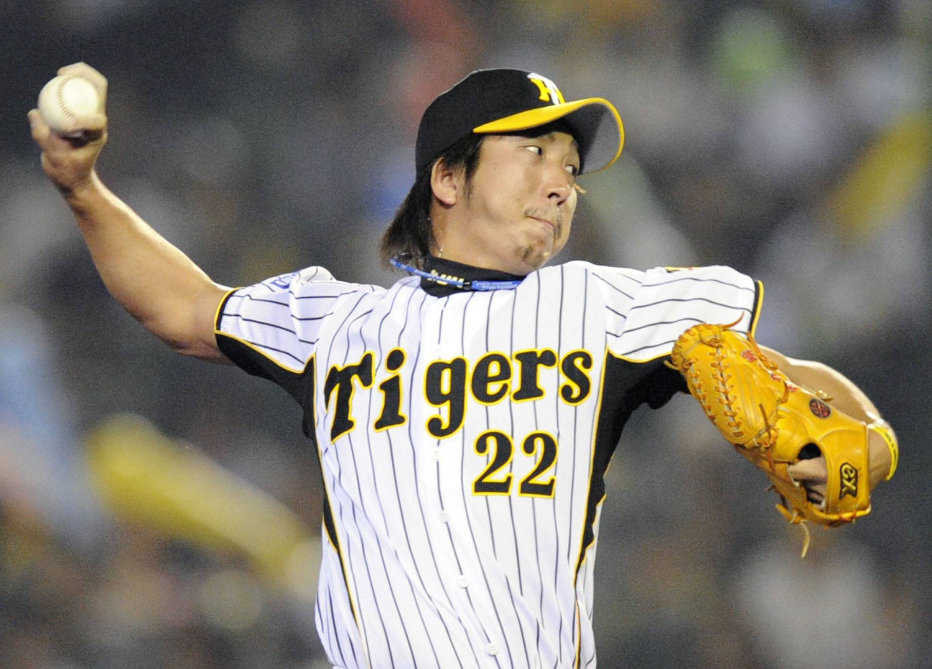 Hanshin's Kyuji Fujikawa recorded his 100th save on Sept. 25 at Koshien Stadium in Nishimomiya, Hyogo Prefecture. | KYODO