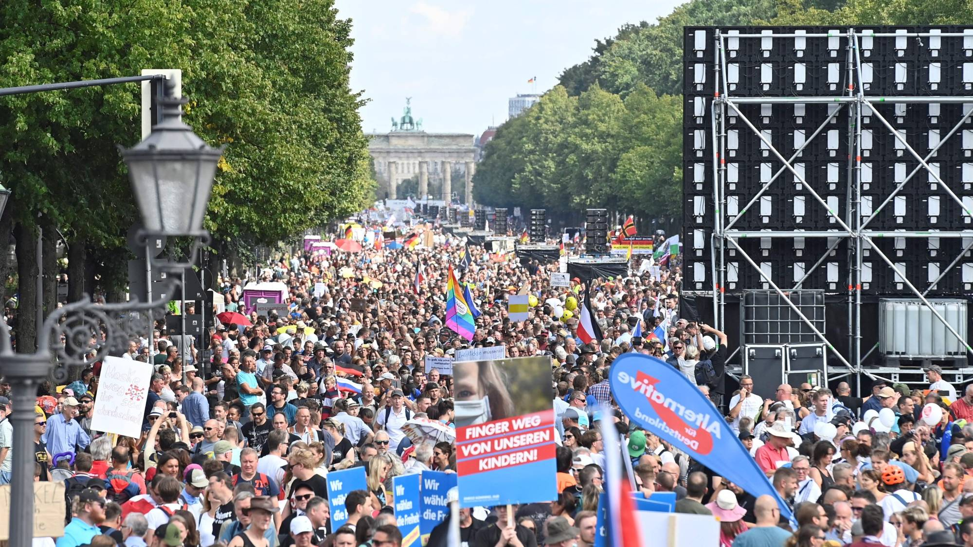 Protesters, mainly from the far right, gathered in Berlin on Aug. 29 to demonstrate against Germany's coronavirus restrictions.   AFP-JIJI