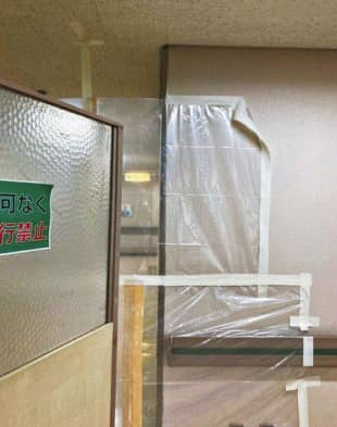 A photo supplied by a source shows that a space is seen between a ceiling and a plastic sheet placed in a hallway at Midori Municipal Hospital in Nagoya as a measure to prevent the spread of COVID-19. Tape used to attach the sheet to the wall is seen partially coming off. | CHUNICHI SHIMBUN