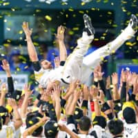 Hawks reliever Dennis Sarfate is given a doage toss after Game 6 of the 2017 Japan Series on Nov. 4 in Fukuoka   KYODO