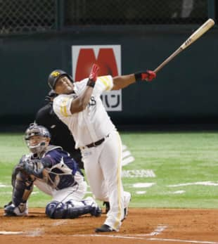 The Hawks' Alfredo Despaigne homers against the Lions on Friday in Fukuoka. | KYODO