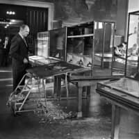 James Oliver, director of the Museum of Natural History, stands by the smashed case that held the stolen Star of India sapphire, and Star Ruby of Burma, in New York.   ARTHUR BROWER / THE NEW YORK TIMES