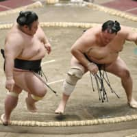 Takakeisho takes first loss on Day 3 of autumn meet
