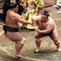 Surprise contender Onosho takes sole possession of lead at Autumn Basho
