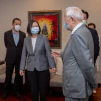 Taiwan President Tsai Ing-wen, U.S. Undersecretary for Economic Affairs Keith Krach and Taiwan Semiconductor Manufacturing Company founder Morris Chang attend a banquet for the U.S. delegation in Taipei on Friday.  | TAIWAN PRESIDENTIAL OFFICE / VIA REUTERS