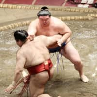 Shodai pushes down Takayasu on Day 11 of the Autumn Basho at Ryogoku Kokugikan. | NIKKAN SPORTS