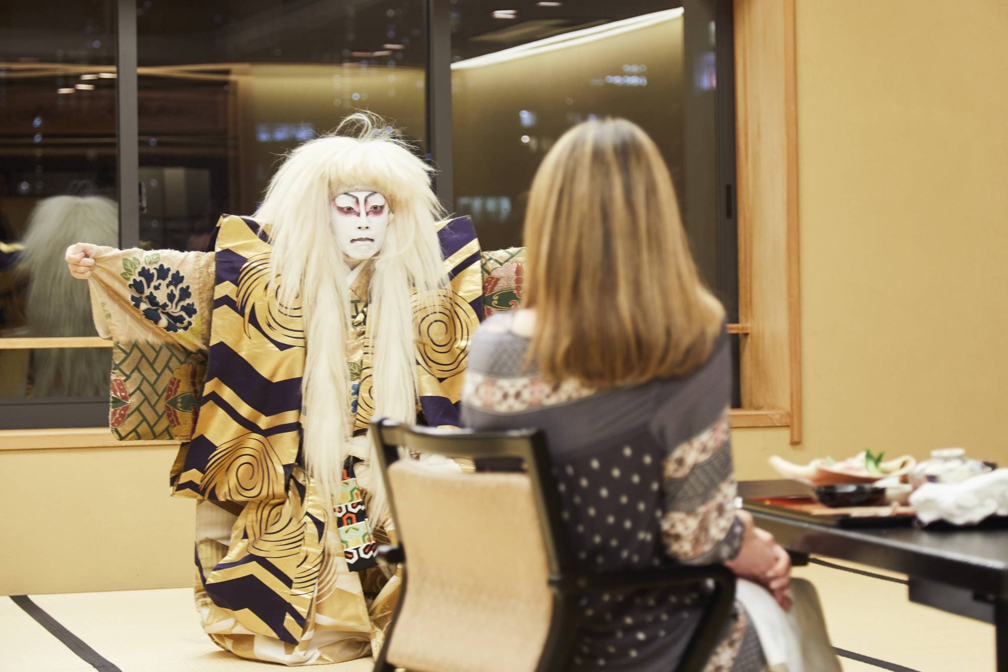 Culture up close: A Luxurique client watching a private kabuki performance at a restaurant in Tokyo in the fall of 2018. | COURTESY OF LUXURIQUE / VIA KYODO