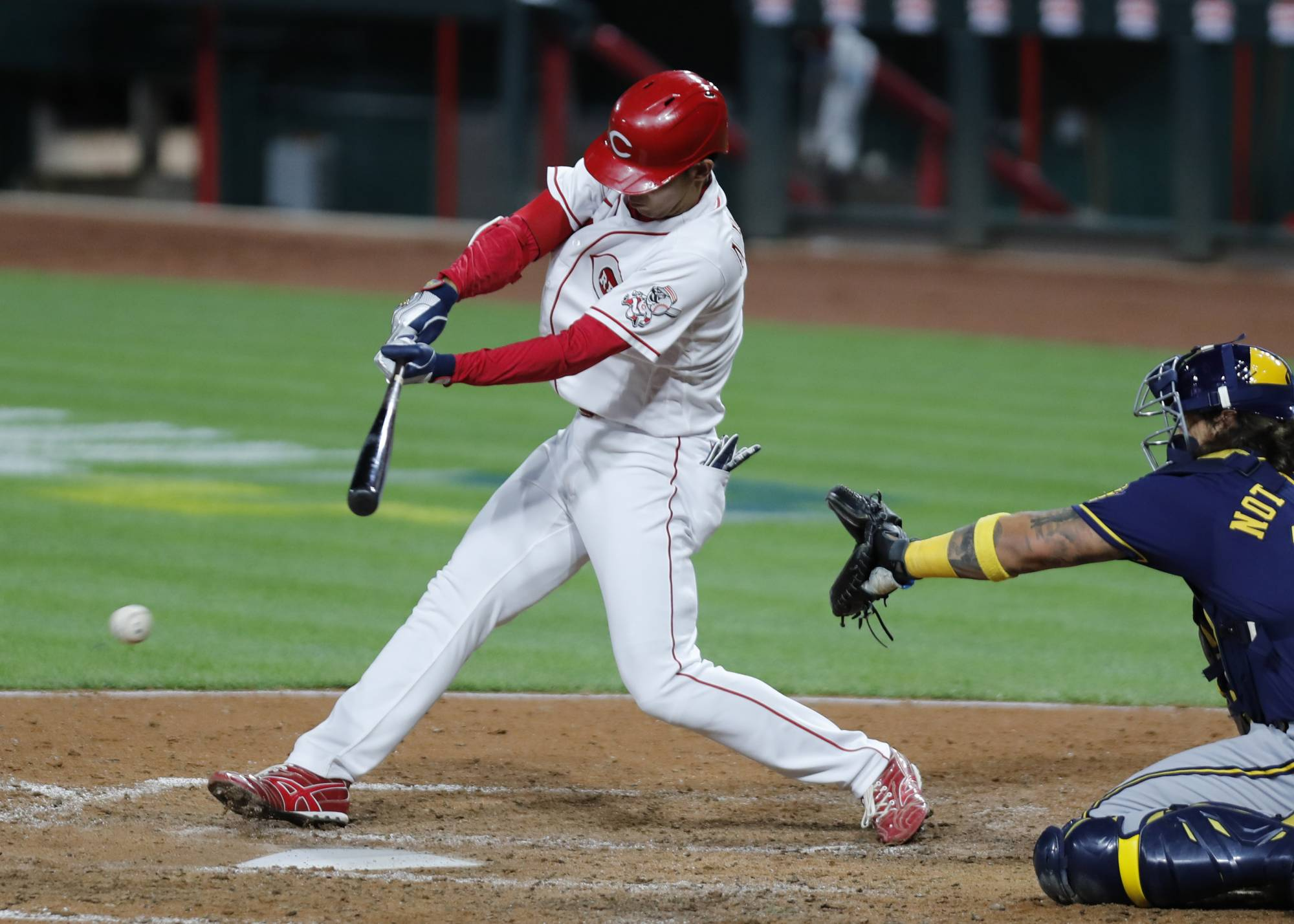 Reds left fielder Shogo Akiyama hits a single against the Brewers on Sept. 21 in Cincinnati. | USA TODAY / VIA REUTERS