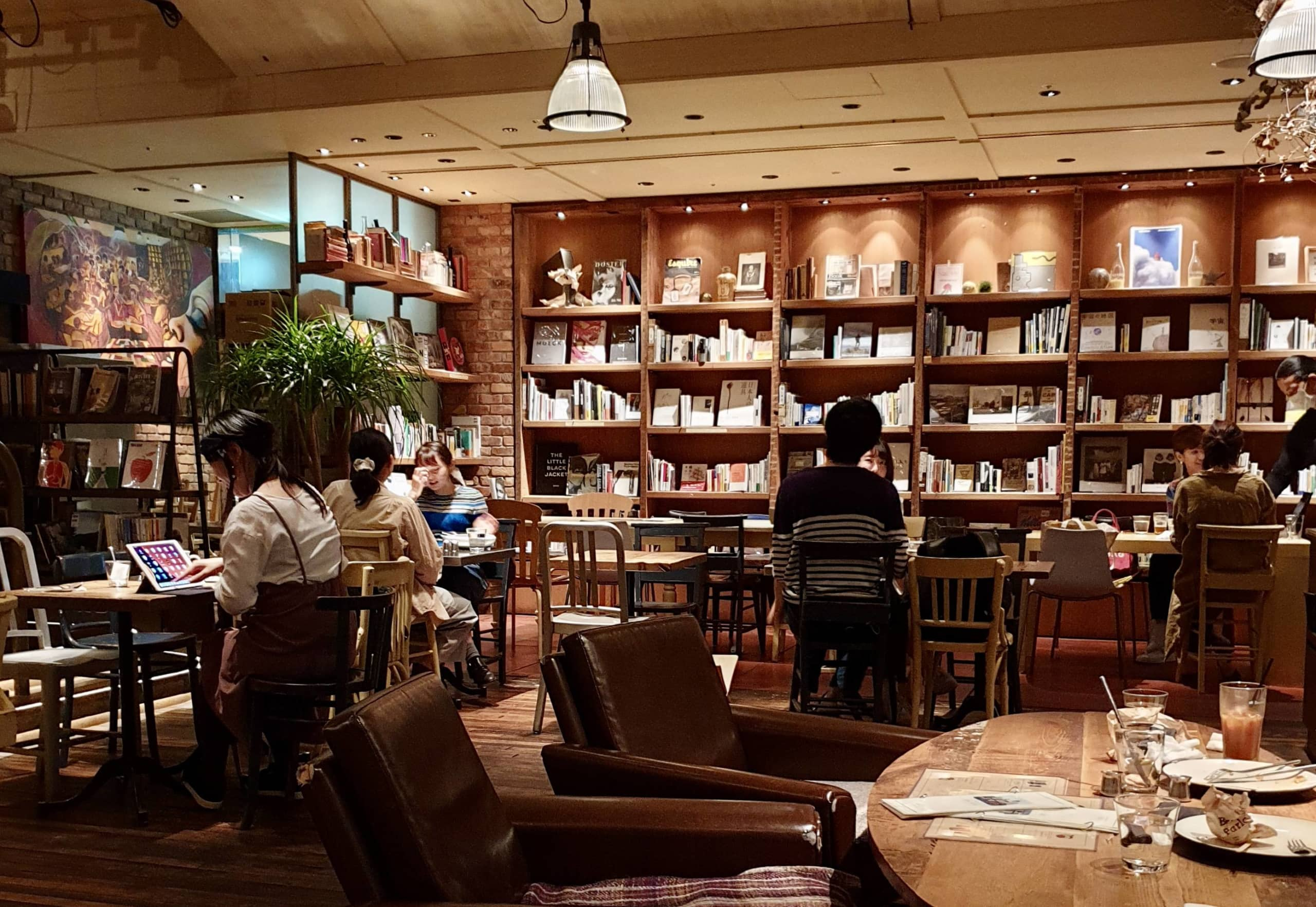 Cozy getaway: Brooklyn Parlor is a New York-themed restaurant and cafe that has bookshelves stocked with art books and magazines. | LEO HOWARD