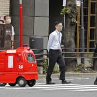 Based on the test results for Japan Post's DeliRo self-driving mail delivery robot, the government will discuss easing regulations on autonomous delivery robots. | KYODO