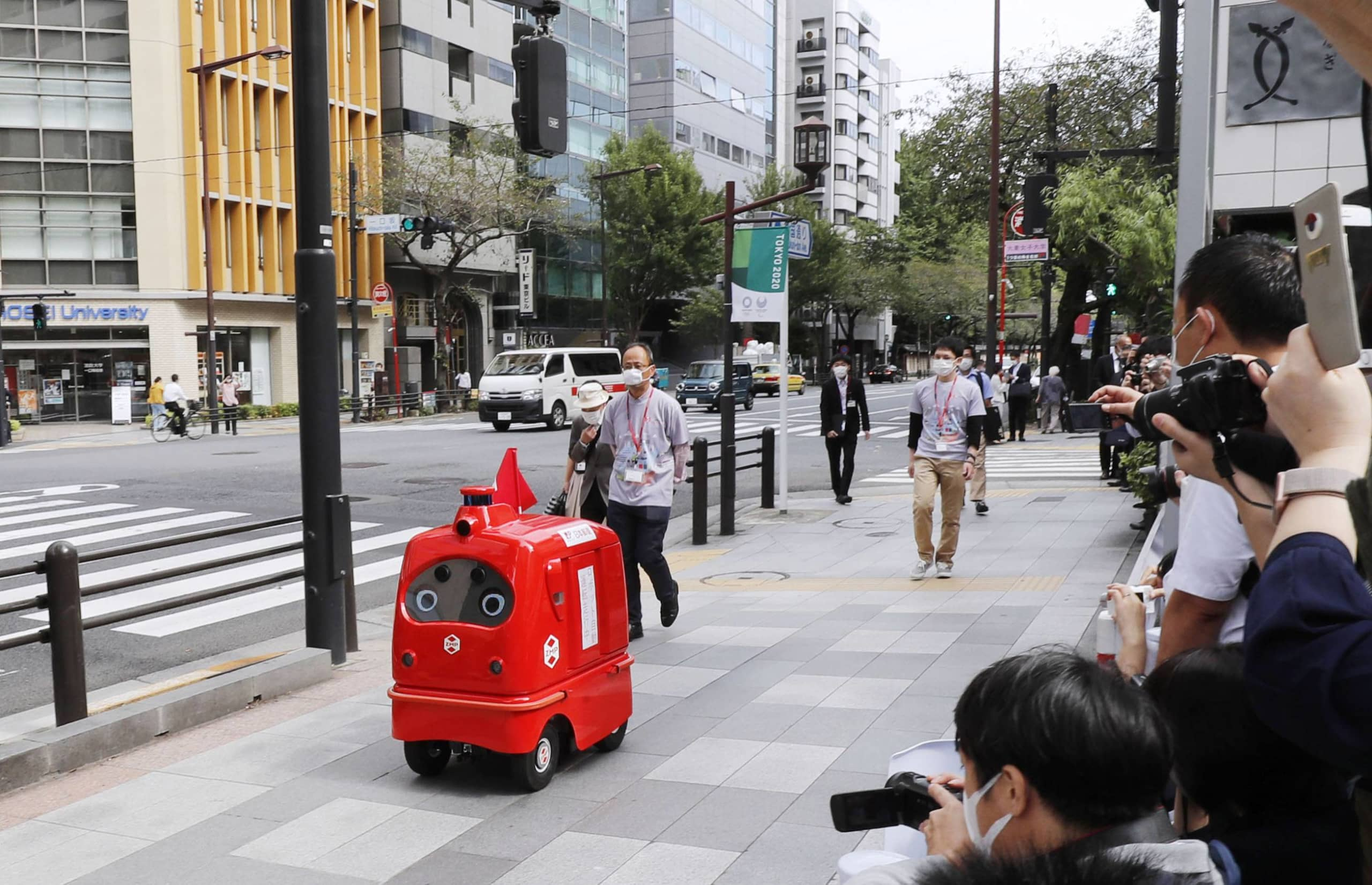 Japan is stepping up its push for autonomous delivery services in the hope they will alleviate the acute labor shortage in the aging country. | KYODO