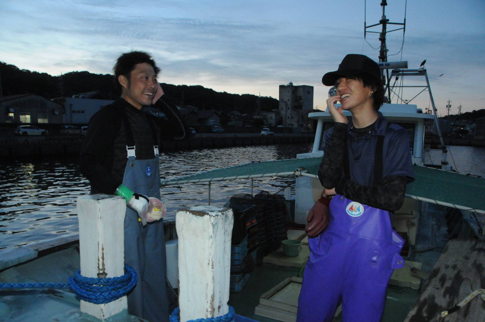 Genta Okasaka (right) speaks with fisherman Keita Urata at Chigara Port in Gamagori, Aichi Prefecture. | CHUNICHI SHIMBUN