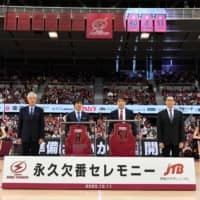 Former Brave Thunders players Takahiro Setsumasa (center-left) and Takuya Kita (center-right) participate in a ceremony to retire their jersey numbers on Sunday at Todoroki Arena in Kawasaki. | KAWASAKI BRAVE THUNDERS