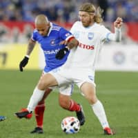 Sydney's Luke Brattan (left) contends with Marinos striker Marcos Junior during an Asian Champions League match on Feb. 19 in Yokohama. | KYODO