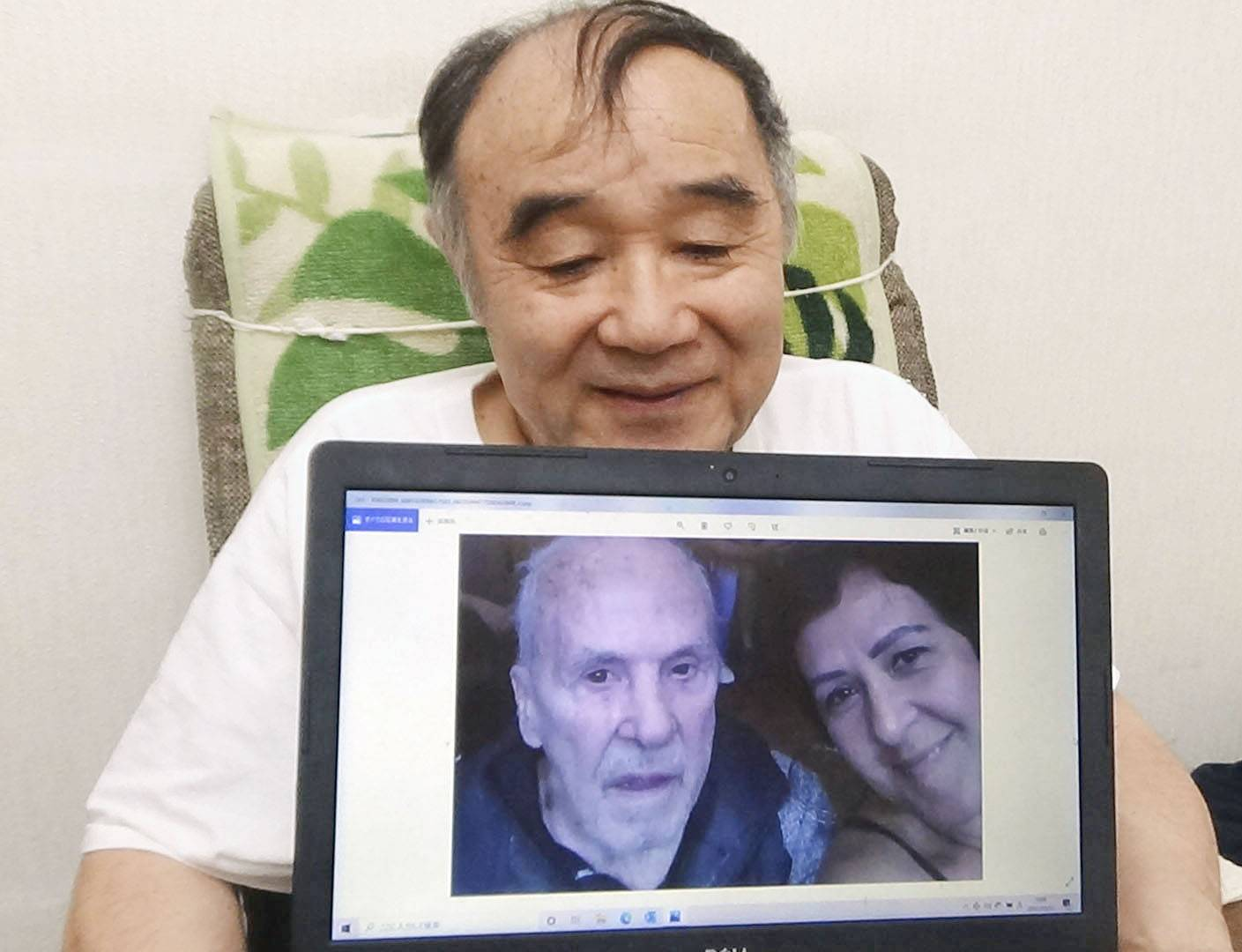 Masahiko Harada poses with a screen showing a photo of Eder Jofre, with whom he has recently exchanged a series of video messages. | AKIHIDE ISHII / VIA KYODO