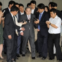 Former Samsung group Chairman Lee Kun-Hee is surrounded by reporters as he leaves a court in Seoul in 2008.  | AFP-JIJI