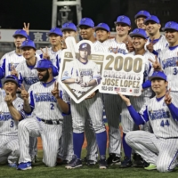 BayStars infielder Jose Lopez (center) celebrates with his teammates after reaching 2,000 combined hits between his career in MLB and NPB. | KYODO