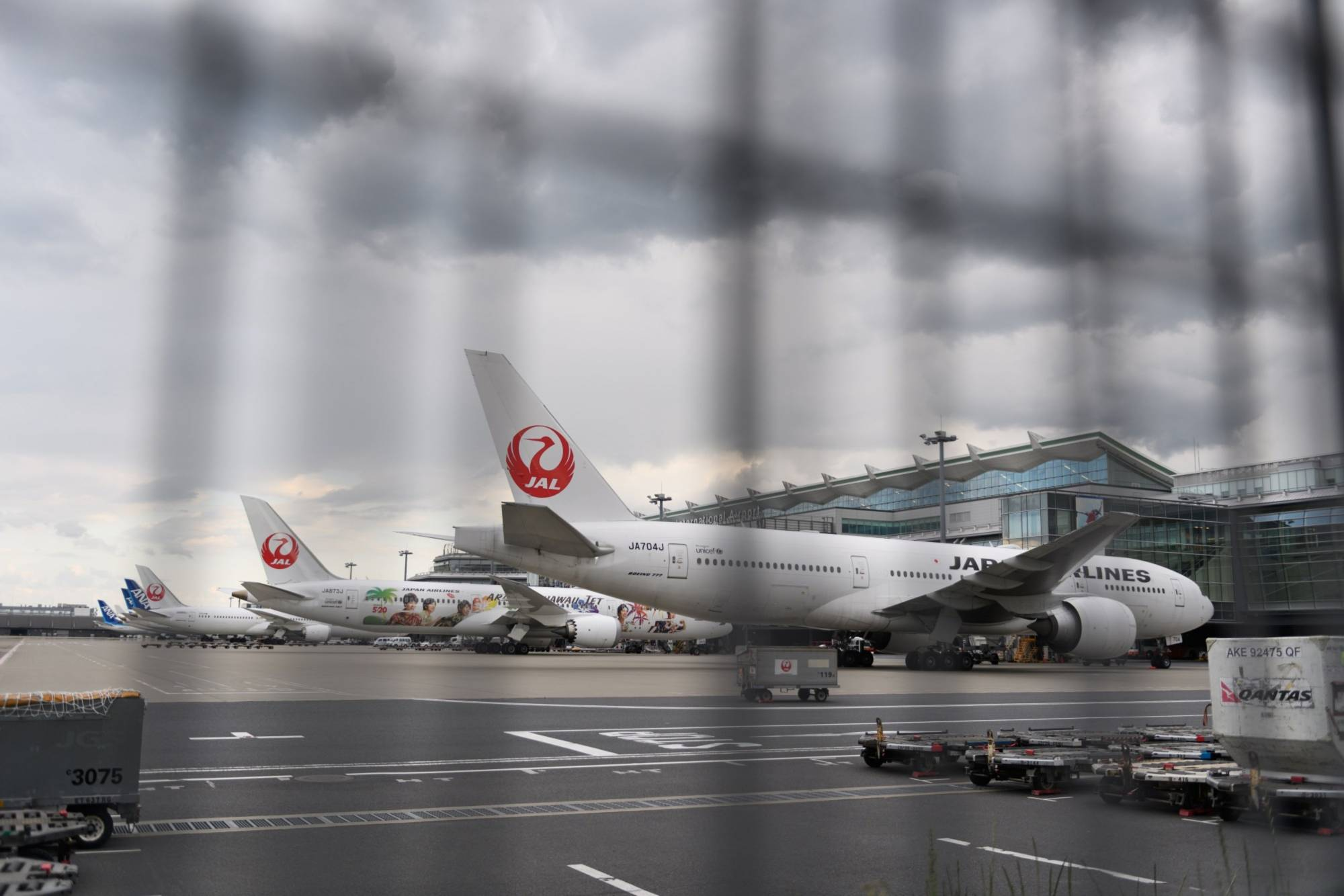 Japan Airlines Co. projects a net loss of between ¥200 billion and ¥250 billion for this fiscal year, turning unprofitable for the first time since relisting on the Tokyo stock market in 2012, according to sources. | BLOOMBERG