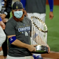 Dodgers third baseman Justin Turner holds the Commissioner's Trophy after the game on Tuesday in Arlington, Texas.   USA TODAY / VIA REUTERS