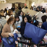 People flock to buy New Year's lucky bags at Takashimaya department store in Tokyo's Nihonbashi district on Jan. 2. | KYODO