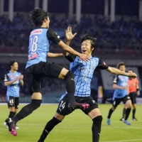 Kengo Nakamura (right) celebrates after scoring the game-winning goal against FC Tokyo on Saturday in Kawasaki. The former Samurai Blue midfielder announced his retirement on Sunday. | KYODO
