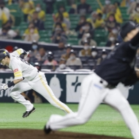 The Hawks' Ukyo Shuto takes off for second during a game against the Marines on Oct. 29 in Fukuoka. | KYODO