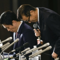 Osaka Mayor Ichiro Matsui (right) and Osaka Governor Hirofumi Yoshimura apologize for losing the referendum at a news conference on Sunday. | KYODO