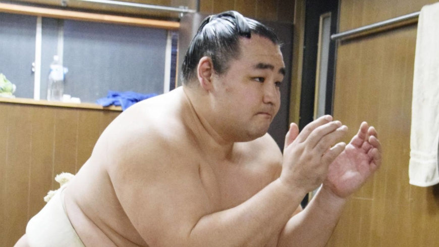 Yokozuna Kakuryu to miss November Basho with back injury