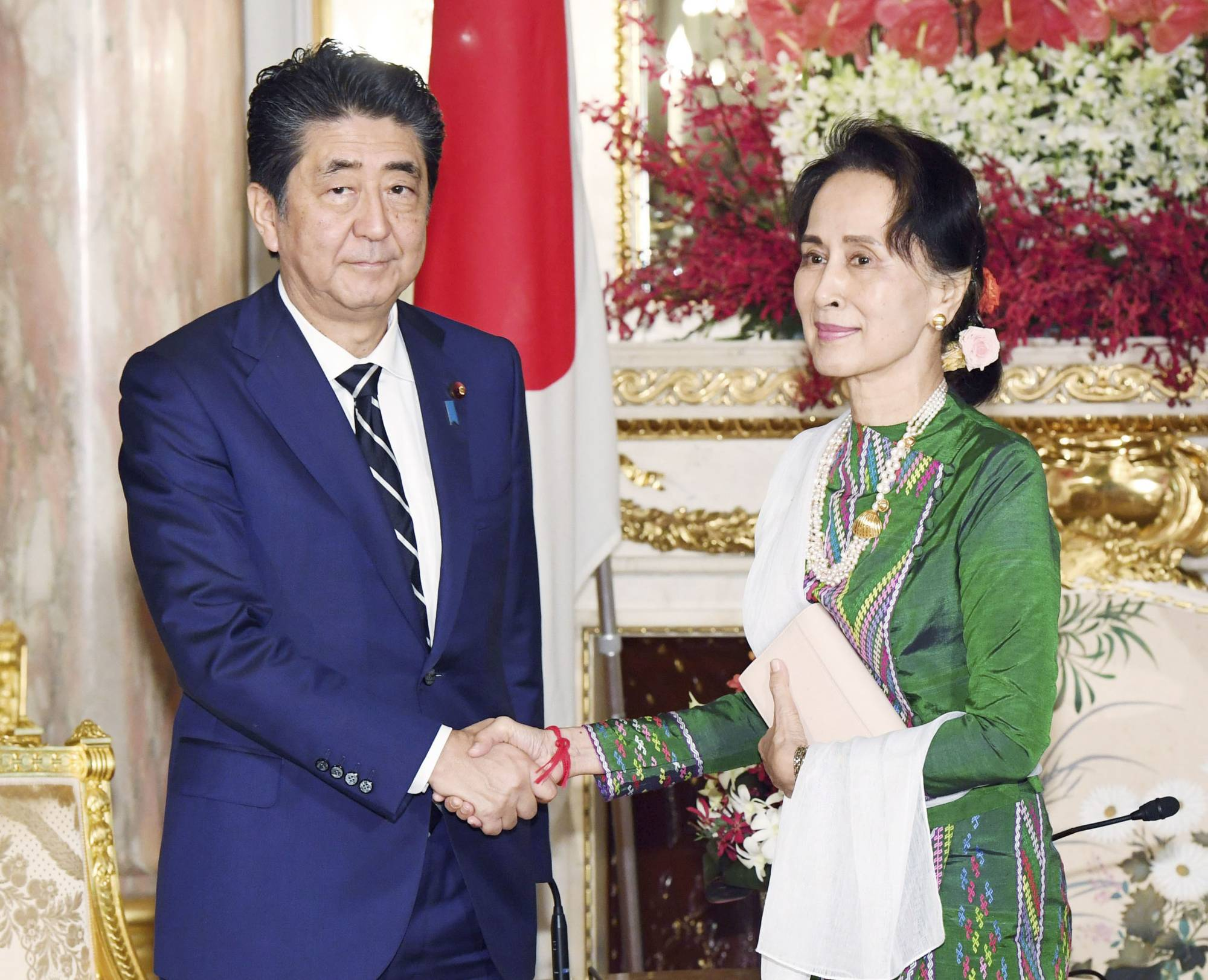 Then-Prime Minister Shinzo Abe and Myanmar's leader Aung San Suu Kyi at the state guesthouse in Tokyo in October last year | KYODO